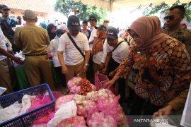 Bawang putih dijual Rp28.000 per kg pada operasi pasar di Bogor