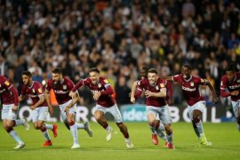 Villa ke playoff setelah menang adu penalti