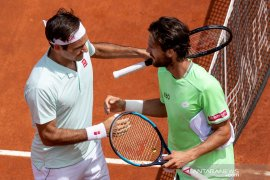 Roger Federer lanjutkan pertarungan lawan Coric usai tundukkan Sousa