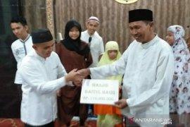 Pemkot Pangkalpinang serahkan bantuan Rp110 juta ke Masjid Baitul Haqq