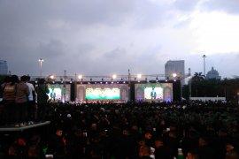 Hujan bukan halangan Jokowi bersama TNI-Polri magrib berjamaah di Monas
