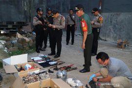 Polisi temukan bahan peledak, pistol hingga buku jihad di lokasi penangkapan teroris