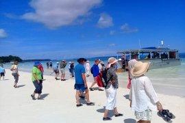 Kapal Pesiar Coral Adventurer singgahi Ngurbloat Kei
