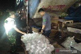 Seratusan kantong miras oplosan hasil razia dimusnahkan