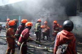 21 Damkar padamkan kebakaran Pasar Kosambi