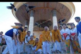Umat Buddha Denpasar lepaskan burung peringati Hari Waisak