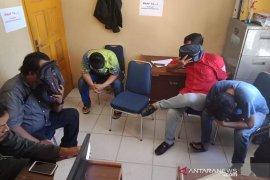 Lima pemuda diciduk sedang makan siang di sebuah kedai