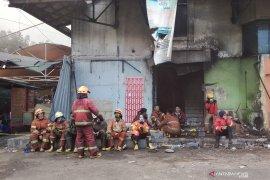 Titik api di Pasar Kosambi Bandung masih belum seluruhnya padam
