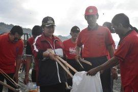 Bupati Karangasem dan ratusan masyarakat bersihkan sampah di dermaga Tanah Ampo