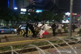 Polisi bubarkan massa yang berusaha merusak pagar berduri di Gedung Bawaslu