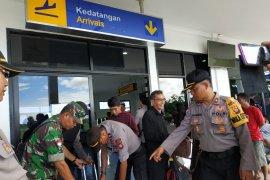 Polisi dan TNI cek penumpang di Bandara Pangsuma Putussibau