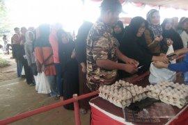 Ribuan warga Rangkasbitung memadati pasar murah