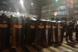 Beri peringatan ketiga, polisi tembakkan gas air mata