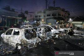 Akibat kerusuhan, belasan mobil di Petamburan hangus terbakar