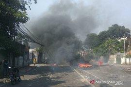 Polisi pukul mundur perusuh di Petamburan Jakarta
