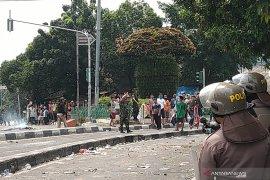 Massa provokasi polisi di Petamburan lalu kabur ke masjid