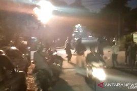 Massa masih berkonsentrasi di sekitar Asrama  Brimob Petamburan