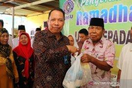 Rektor UMSU bagikan ratusan paket sembako kepada masyarakat