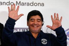 Maradona bertahan sebagai pelatih klub Argentina Gimnasia y Esgrima