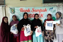 Bank sampah Desa Kuranji Tabalong bagi uang nasabah