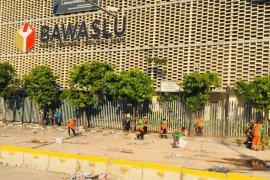 Pasukan oranye bersihkan depan Gedung Bawaslu