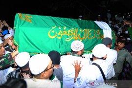 Ribuan jamaah antar pemakaman jenazah Ustadz Arifin Ilham