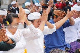 Pemilu sukses, Wabup Bangli ajak perbekel sembahyang di Pura Puncak Penulisan