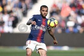 Bek PSG Dani Alves ingin bermain di Liga Inggris