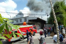 Gudang distributor Wings Pangkalpinang terbakar (Video)