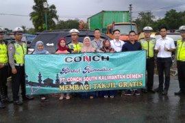 Pabrik semen  Conch bagi - bagi takjil gratis