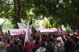 Demo di DPRD Sumut, Masa GNKR bawa keranda