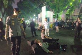 Kelelahan amankan aksi, aparat polisi tidur di aspal