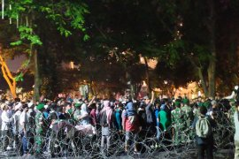 Aksi ricuh di DPRD Sumut akhirnya diredam TNI