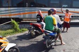 Relawan perlintasan rel kereta api