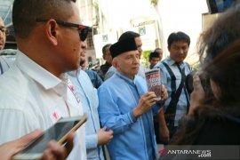 Amien Rais tunjukkan buku Jokowi People Power usai diperiksa