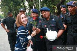 Artis bagikan takjil kepada polisi di depan Gedung MK
