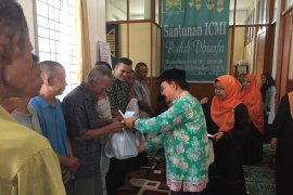ICMI Aceh bagi  paket untuk kaum dhuafa