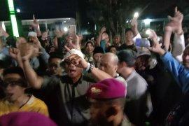 Para pendukung mulai memenuhi kediaman Prabowo