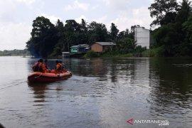 Basarnas Pekanbaru mencari warga hilang di Sungai Kampar
