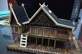 Miniatur rumah tradisional cenderamata desa wisata di Muaro Jambi