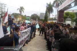 """Demo, mahasiswa Unib """"sweeping"""" ruang kerja dewan provinsi"""