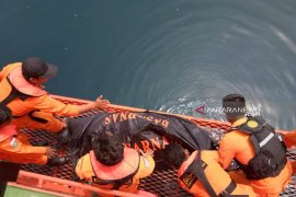 Mayat terapung dengan tangan dan kaki terikat di Pulau Putri dievakuasi