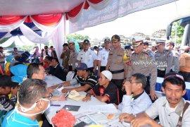 Petugas gabungan cek kesehatan sopir bus di Terminal Purabaya