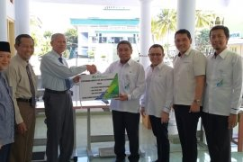 BPJS Ketenagakerjaan serahkan bantuan alat usaha ke Ponpes Gontor Ponorogo