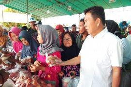 Pemkab Bangka Tengah gelar operasi pasar murah di Desa Namang