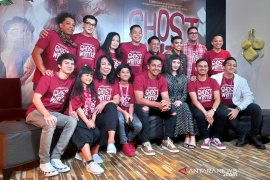 "Menyaksikan film horor di ""Ghost Writer"""