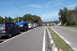 Puluhan mobil mengantre di luar Pelabuhan Tanjungkalian Muntok