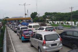 Gerbang Tol Amplas  mulai padat kendaraan pada H-5