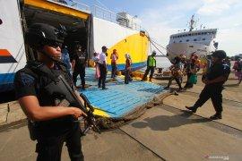 Anggota  Brimob sterilisasi kapal dari bahan berbahaya