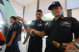 Petugas sita  senjata tajam milik pemudik kapal laut